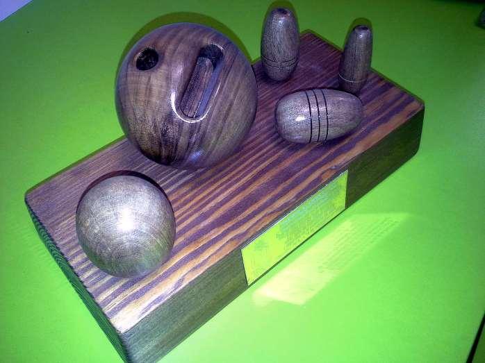 El premio es una obra en madera del artesano Francisco Juarez